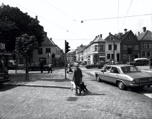 Jonsvollgaten fotografert fra Teatergaten. Foto fra rundt 1980. Husrekken på venstre side av gaten ble revet i 2007. Fotograf: Øyvind H. Berger. Fotoregistrering av Bergen, Bergen Byarkiv.