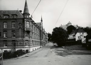 Haugeveien. Sjøfarendes Aldershjem, Haugeveien 35a til venstre. Foto fra 1979. Fotograf: Øyvind H. Berger.<br />Fotoregistrering av Bergen, Bergen Byarkiv.