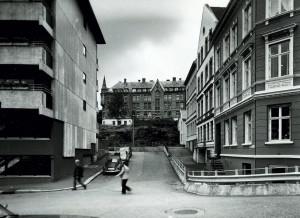Tidemands gate fotografert i 1978. I bakgrunnen ser en Sjøfarendes Aldershjem i Haugeveien 35a. Fotograf: Øyvind H. Berger. Fotoregistrering av Bergen, Bergen Byarkiv.
