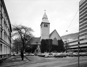 St. Jacobs kirke ble oppført mellom 1917–21. Arkitekt, Daniel J. Muri. Fotograf: Øyvind H. Berger. Fotoregistrering av Bergen, Bergen Byarkiv.