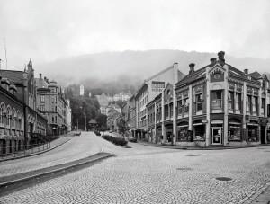 Vetrlidsallmenningen sett fra Bryggesporen rundt 1980. Nr. 1. Bakergården til høyre, og Nr. 2. Kjøttbasaren til venstre.   Fotograf: Øyvind H. Berger.Fotoregistrering av Bergen, Bergen Byarkiv.
