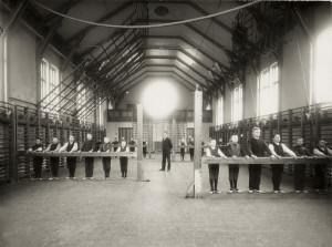 Nordnes skole, åpnet 17.august 1903 som barneskole. Foto fra skolens gymsal. Fotograf: Ukjent. Arkivet etter Nordnes skole, Bergen Byarkiv.