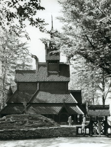 ؘyvind H. Berger. Fantoft stavkirke fotografert rundt 1970. Fotograf: Øyvind H. Berger. Fotoregistrering av Bergen, Bergen Byarkiv.