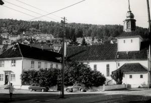 Laksevåg kirke på Damsgård, oppført 1874-75. Tomten var en gave fra Damsgård hovedgård. Fotograf: Øyvind H. Berger. Fotoregistrering av Bergen, Bergen Byarkiv.
