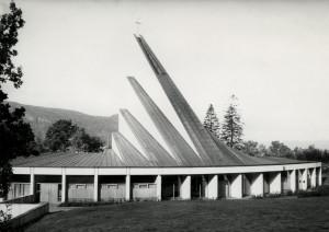 Landås kirke, sognekirke innviet i 1966. Arkitekt Ola Kielland Lund. Fotograf: Øyvind H. Berger. Fotoregistrering av Bergen, Bergen Byarkiv.