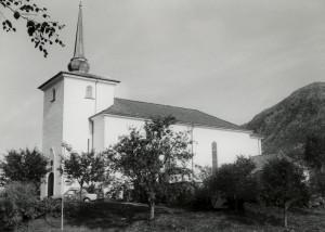 Loddefjord kirke, oppført i 1926. Arkitekt: Ole Landmark. Fotograf: Øyvind H. Berger. Fotoregistrering av Bergen, Bergen Byarkiv.