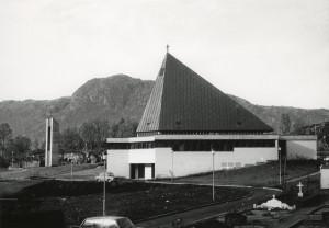 Nygård kirke på Laksevåg, oppført i 1972 med 520 sitteplasser. Tegnet av arkitekt Einar Vaardal-Lunde. Fotograf: Øyvind H. Berger. Fotoregistrering av Bergen, Bergen Byarkiv.