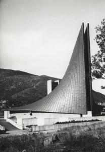 Slettebakken kirke, sognekirke som stod ferdig i 1970. Arkitekt Tore Sveram tegnet kirken. Fotograf: Øyvind H. Berger. Fotoregistrering av Bergen, Bergen Byarkiv.