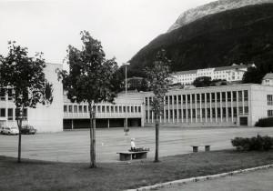 Gimle skole, St Olavsvei 20, åpnet i 1966. Arkitekt Arne Schanke. Fotograf: Øyvind H. Berger. Fotoregistrering av Bergen, Bergen Byarkiv.