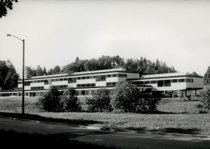Storetveit ungdomsskole ble bygd i 1967 som realskole før ungdomsskolen ble innført i 1970. Skolen ble tegnet av arkitekt Helge Borgen. Fotograf: Øyvind H. Berger. Fotoregistrering av Bergen, Bergen Byarkiv.