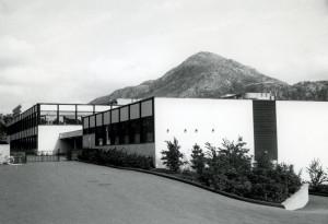 Vadmyra skole ble tegnet av arkitektene Christensen, Rosseland & Dogger. Skolen ble innviet i 1969. Fotograf: Øyvind H. Berger. Fotoregistrering av Bergen, Bergen Byarkiv.