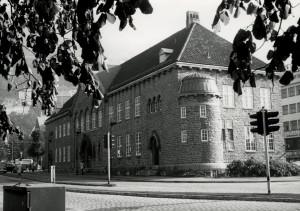 Bergen offentlige biblioteks bygning i Strømgaten 6 ble tegnet av Olaf Nordhagen, og sto ferdig i 1917.