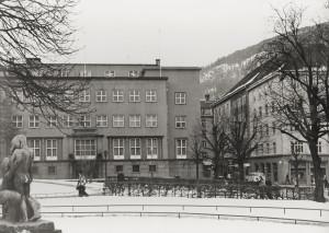 Bergens Haandværks- og Industriforening bygning i Veiten 3 sett fra Teaterparken. Udatert foto. Fotograf: Ukjent. Arkivet etter Bygningssjefen, Bergen Byarkiv.