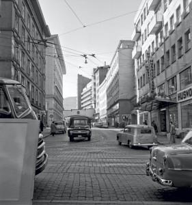 Jon Smørs gate i 1958. Tinghuset foran til venstre. Kalmarhuset bakerst til høyre. Fotograf: Ukjent. Arkivet etter Reguleringsvesenet, Bergen Byarkiv.