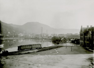 Vossebanens endestasjon ved nordvestre bredde av Lille Lungegårdsvann. Vossebanen åpnet i 1883. Foto: Gustav Brosing. Arkivet etter Reguleringsvesenet, Bergen Byarkiv.