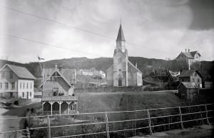 Birkeland kirke før ombyggingen i 1915-16. Kirken som ble innviet i 1878 var tegnet av arkitekt Giovanni Müller. Fotograf: Ukjent. Arkivet etter Harald Wesenberg, Bergen Byarkiv.