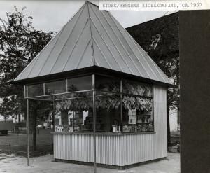 Kiosk fra Bergen kioskkompani. Foto fra 1950-tallet.<br />Fotograf: Ukjent<br />Arkivet etter Park- og idrettsvesenet, Bergen Byarkiv