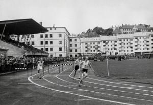 Krohnsminde idrettsplass ble innviet i 1947. Den ble benyttet til fotball, friidrett og skøyteløp. Fotograf: Ukjent. Arkivet etter Park- og idrettsvesenet, Bergen Byarkiv.