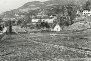 Fløen med skolehagen. Den ble senere omgjort til parsellhager. Udatert foto. Fotograf: Ukjent. Arkivet etter Park og idrettsvesenet, Bergen Byarkiv.