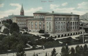 Bergen Museum, De Naturhistoriske Samlinger. Bygningen sto ferdig i 1866, men ble i 1898 utvidet med sidefløyer. Gammelt postkort. Fotograf: Ukjent. Arkivet etter Park- og idrettsvesenet, Bergen Byarkiv.