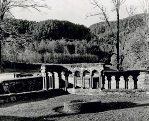 Ruinene etter Lysekloster, Os kommune. Fotograf: Ukjent. Arkivet etter Tanks skole, Bergen byarkiv.