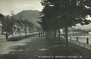Kaigaten rundt 1900. Lengst bak, helt til høyre kan en skimte Strømbroen. Fotograf: O Svanøe. Arkivet etter arkitekt Einar Oscar Schou, Bergen Byarkiv.