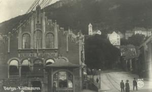 Kjøttbasaren ble oppført i 1874, i nyromansk stil.<br />Den ble tegnet av stadskonduktør og arkitekt Conrad Fredrik von der Lippe.<br />Fra arkivet etter arkitekt Einar Oscar Schou, Bergen Byarkiv.