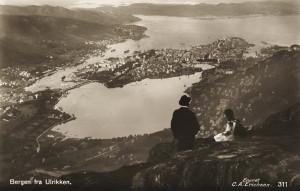 Store- og Lille Lungegårdsvann sett fra Ulriken. Postkort fra rundt 1910. Fotograf: C. A. Erichsen. Arkivet etter arkitekt Einar Oscar Schou, Bergen Byarkiv.