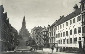 Vestre Torggaten sett mot Johanneskirken. Fotografert omkring 1910. Fotograf: Knud Knudsen. Arkivet etter arkitekt Einar Oscar Schou, Bergen Byarkiv.