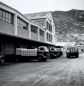 Transport av melk ved Bergensmeieriet på Minde i januar 1960. Fotograf: Jan Ty. Arkivet etter Bergens Arbeiderblad/Bergensavisen, Bergen Byarkiv.