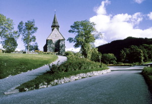 Fana kirke, Fanavegen 321, fotografert på midten av 1960-tallet.<br />Fotograf: Waldemar Jørgensen.<br />Fotosamlingen etter rektor Waldemar Jørgensen, Bergen Byarkiv.