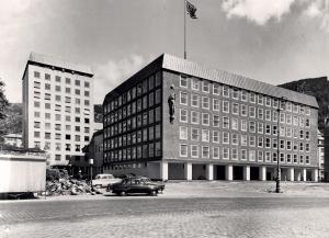 Den tidligere administrasjonsbygget på Bradbenken stod ferdig 1958. Bygget ble tegnet av arkitekt Per Grieg. Fotograf: Ukjent Arkivet etter Kom.avd. fritid, kultur og kirke, Bergen Byarkiv.
