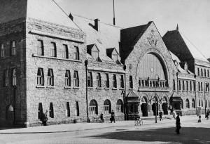 Jernbanestasjonen i Strømgaten åpnet i 1913, fire år etter Bergensbanen åpnet i 1909. Fotograf: Ukjent. Arkivet etter Kommunalavdeling fritid, kultur og kirke, Bergen Byarkiv.