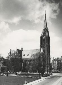 Johanneskirken, Bergens høyeste bygning med sine 61 meter. Fotograf: Ukjent. Arkivet etter Kommunalavdeling fritid, kultur og kirke, Bergen Byarkiv.