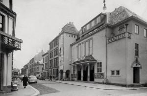 Konsertpaleet i Neumanns gate 3. ble oppført 1918 som konsertlokale. Grunnet dårlig økonomi måtte konsertvirksomheten kombineres med kinodrift.<br />Arkivet etter: Kom.avd. fritid, kultur og kirke, Bergen Byarkiv.