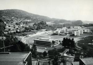 Lynghaug skole, Dag Hammarskjölds vei 7. Fotograf: Ukjent. Arkivet etter Kom.avd. fritid, kultur og kirke, Bergen Byarkiv.