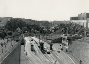 Fyllingsdalsveien like ved Løvstakktunnelen. Utsikt mot Fyllingsdalen. Fotograf: Ukjent. Arkivet etter Kom.avd. fritid, kultur og kirke, Bergen Byarkiv.