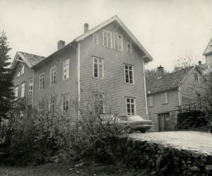 Ytre Arna gamle skule, revet ca. 1990. Fotograf: Ukjent. Arkivet etter Kommunalavdeling fritid, kultur og kirke, Bergen Byarkiv.