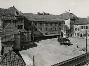 Møhlenpris skole ble oppført i 1912. Skolen ble tegnet av arkitekt Kaspar Hassel. Fotograf: Ukjent. Arkivet etter Møhlenpris skole, Bergen Byarkiv.