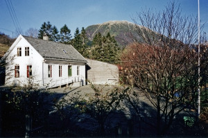 Samdal skolehus fra 1898, på Håland i Fana. Nye Samdal skole fra 1972 ble nedlagt i 2009, og elevene flyttet til Kaland skole. Fotograf: Ukjent.