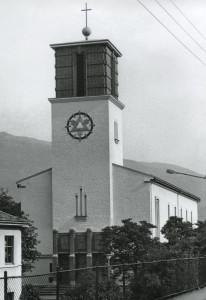 St. Markus kirke er sognekirke for St. Markus menighet. Kirken ble innviet i 1939. Den er tegnet av arkitektene Sverre Losnedahl og Nicolay Brøndmo. Fotograf: Ukjent. Arkivet etter Ny Krohnborg skolekorps, Bergen Byarkiv.