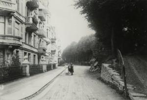 Allégaten fotografert rundt 1900. Store deler av Nygårdsalleen er intakt, og ses til høyre i bildet.  Fotograf: Ukjent. Arkivet etter Kommunalavdeling fritid, kultur og kirke, Bergen Byarkiv.