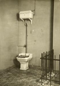 Vannklosett fotografert i 1915. Fotograf: Ukjent. Arkivet etter Vann- og kloakkvesenet, Bergen Byarkiv.