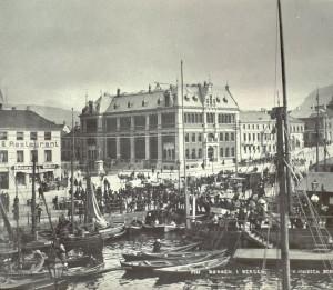 Bergens Børsrs bygning på Vågsalmenningen. Innviet i 1862, og ombygd i årene 1890-93. Fotograf: Knud Knudsen. Arkivet etter Formannskapet, Bergen Byarkiv.