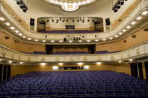 Den Nationale Scene ble skadet under et bombeangrep i 1940. Teatersalen måtte bygges om. Den fikk tilbake sin opprinnelige stil i 2000, etter omfattende restaurering. Fotograf: Ingfrid Bækken, Bergen Byarkiv.