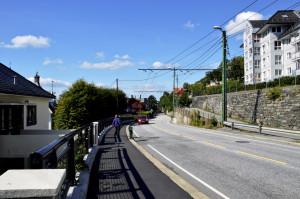 Kalvedalsveien med master og elektriske kabler for trolleybuss, Linje 2, til høyre. Bergens eneste trolleybuss linje. Fotograf: Knut Skeie Aksdal, Bergen Byarkiv, 2013.
