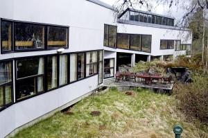 Tveiterås skole ble oppført i 1973. Den ble tegnet av ark. Cubus; Helge Borgen, Bertram D. Brochmann og Sven Hatløy.
