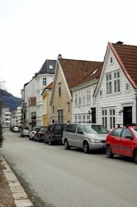 Husrekke i Klostergaten. Det lyst okerfargete huset er Stranges stiftelse. Bygningen ble oppført i 1751, og var fattighus for kvinner. Fotograf: Ingfrid Bækken, Bergen Byarkiv, 2013.