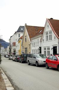 Husrekke i Klostergaten. Det lyst okerfargete huset er Stranges stiftelse. Bygningen ble oppført i 1751, og var fattighus for kvinner.