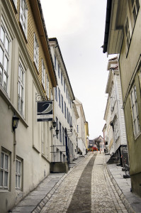 Cort Piilsmauet, fra Klosteret til Strandgaten, har ikke endret navn eller gateløp siden 1600-tallet. Fotograf: Ingfrid Bækken, Bergen Byarkiv.